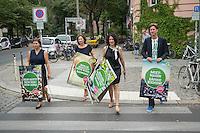 Die Berliner Gruenen starteten am Samstag den 30 Juli 2016 in den Straßen-Wahlkampf zur Agbeordnetenhauswahl im September 2016.<br /> Die Landesvorsitzenden Daniel Wesener (1.vr.) und Bettina Jarasch (2.vr.) sowie die Fraktionsvorsitzenden Ramona Pop (2. vl.) und Antje Kapek (1.vl.) haengten im Prenzlauer Berg Wahlplakate auf.<br /> 30.7.2016, Berlin<br /> Copyright: Christian-Ditsch.de<br /> [Inhaltsveraendernde Manipulation des Fotos nur nach ausdruecklicher Genehmigung des Fotografen. Vereinbarungen ueber Abtretung von Persoenlichkeitsrechten/Model Release der abgebildeten Person/Personen liegen nicht vor. NO MODEL RELEASE! Nur fuer Redaktionelle Zwecke. Don't publish without copyright Christian-Ditsch.de, Veroeffentlichung nur mit Fotografennennung, sowie gegen Honorar, MwSt. und Beleg. Konto: I N G - D i B a, IBAN DE58500105175400192269, BIC INGDDEFFXXX, Kontakt: post@christian-ditsch.de<br /> Bei der Bearbeitung der Dateiinformationen darf die Urheberkennzeichnung in den EXIF- und  IPTC-Daten nicht entfernt werden, diese sind in digitalen Medien nach §95c UrhG rechtlich geschuetzt. Der Urhebervermerk wird gemaess §13 UrhG verlangt.]