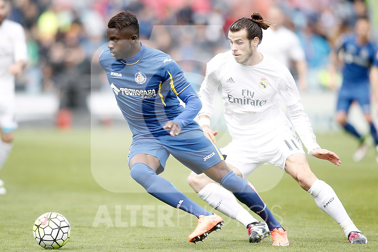 Getafe's Karim Yoda (l) and Real Madrid's Gareth Bale during La Liga match. April 16,2016. (ALTERPHOTOS/Acero)