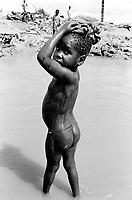 Mozambique. Province of Gaza. Chokwe. A young girl takes a bath and washes herself in the river. © 2000 Didier Ruef