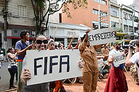 ATENCAO EDITOR: FOTO EMBARGADA PARA VEICULOS INTERNACIONAIS. SAO PAULO, SP, 01 DE DEZEMBRO DE 2012 - Movimentos por moradia e outras organizacoes durante protesto Copa pra Quem, com o tema Basta o amor pelo esporte para hipnotizar desavisados, na regiao da Luz, centro da capital, neste sabado, 01. FOTO: ALEXANDRE MOREIRA - BRAZIL PHOTO PRESS.