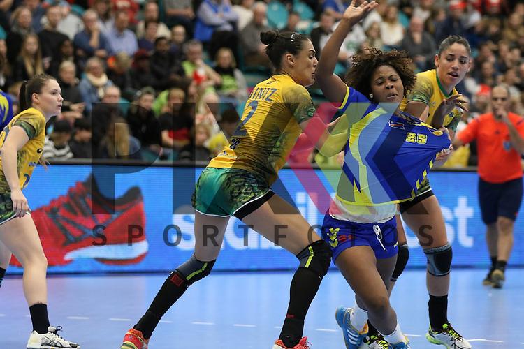 Kolding (DK), 07.12.15, Sport, Handball, 22th Women's Handball World Championship, Vorrunde, Gruppe C, DR Kongo-Brasilien : Fabiana Carvalho Diniz (Braslien, #02), Carine Babina Ngombo (DR Kongo, #25)<br /> <br /> Foto &copy; PIX-Sportfotos *** Foto ist honorarpflichtig! *** Auf Anfrage in hoeherer Qualitaet/Aufloesung. Belegexemplar erbeten. Veroeffentlichung ausschliesslich fuer journalistisch-publizistische Zwecke. For editorial use only.