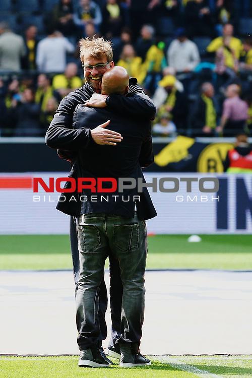 09.05.2015, Signal Iduna Park, Dortmund, GER, im Bild J&uuml;rgen Klopp (Trainer Borussia Dortmund) mit Leonardo Dede<br /> <br /> Foto &copy; nordphoto / Rauch