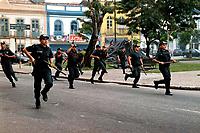 Policiais militares avançam sobre manifestantes do MST em Belém do Pará durante manifestação de protesto pelo julgamento dos acusados do massacre em Eldorado de Carajás .<br />17/04/2000<br />©Foto: Oswaldo Forte/Interfoto