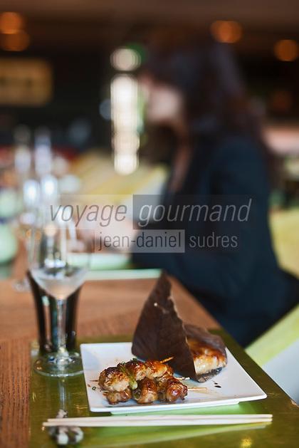 Europe/Monaco/Monte Carlo: restaurant Yoshi au Métropole: créé par Joël Robuchon<br /> -Gindara No Saikyo:Black cod mariné et cuit dans une feuille de oba<br /> -Negima: Brochetets de cuisse de poulet et  cébettes [Non destiné à un usage publicitaire - Not intended for an advertising use]
