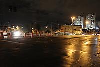 SAO PAULO, SP, 10 MARÇO 2013 - SEMAFOROS APAGADOS. Varios semaforos da Av Luiz Inacio de A. Melo na V. Prudente estao apagados na noites desse domingo (10). FOTO: LUIZ GUARNIERI/ BRAZIL PHOTO PRESS.