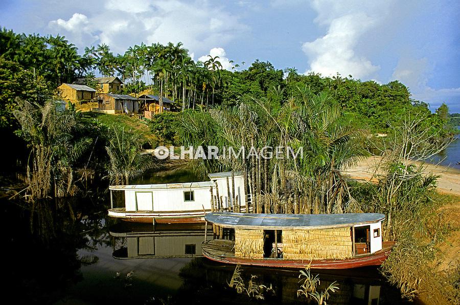 Embarcação e Habitação no Rio Negro. Amazonas. 1993. Foto de Rogério Reis.
