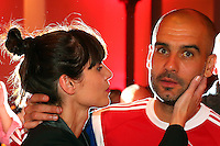 FUSSBALL  DFB POKAL FINALE  SAISON 2013/2014 Borussia Dortmund - FC Bayern Muenchen     17.05.2014 FC Bayern Bankett in der Telekom Zentrale;  Trainer Pep Guardiola (re) umarmt von seiner Frau Cristina Serra