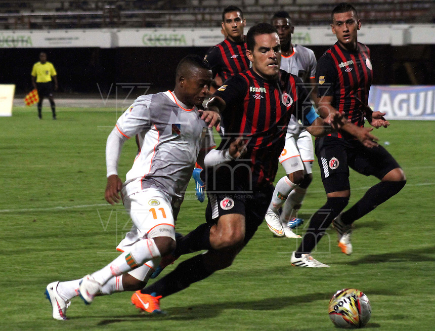 CUCUTA - COLOMBIA -12 -04-2015: David Gomez (Der.) jugador de Cucuta Deportivo disputa el balón con Faider Burbano (Izq.) jugador de Envigado FC, durante partido entre Cucuta Deportivo y Envigado FC, por la fecha 15 de la Liga Aguila I-2015, jugado en el estadio General Santander de la ciudad de Cucuta.  / David Gomez (R) player of Cucuta Deportivo vies for the ball with Faider Burbano (L) player of Envigado FC, during a match between Cucuta Deportivo and Envigado FC, the date 15 of the Liga Aguila I-2015 at the General Santander Stadium in Cucuta city, Photo: VizzorImage / Manuel Hernandez/ Cont.
