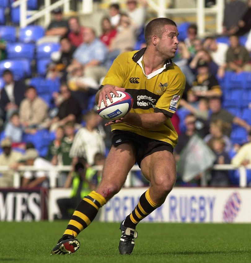Photo Peter Spurrier.29/09/2002.Zurich Premiership Rugby - London Irish v Wasps.Wasps's Joe Worsley looks for an player to pass to.