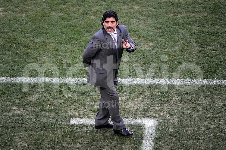 FUSSBALL WM 2010    VIERTELFINALE  02.07.2010 ARGENTINIEN - DEUTSCHLAND Trainer Diego Armando MARADONA (Argentinien) engagiert an der Seitenlinie