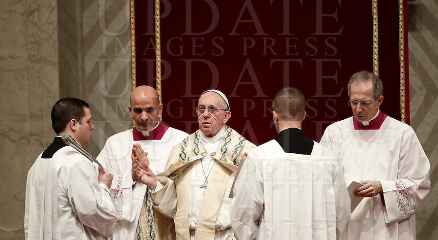Papa Francesco celebra la preghiera dei Primi Vespri e Te Deum in ringraziamento per l'anno trascorso. Città del Vaticano, 31 dicembre 2016.<br /> Pope Francis celebrates the new year's eve Vespers and Te Deum prayer in Saint Peter's Basilica at the Vatican, on December 31, 2016.<br /> UPDATE IMAGES PRESS/Isabella Bonotto<br /> <br /> STRICTLY ONLY FOR EDITORIAL USE