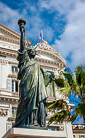 Frankreich, Provence-Alpes-Côte d'Azur, Nizza: kleine Freiheitsstatue auf der Promenade des Anglais | France, Provence-Alpes-Côte d'Azur, Nice: small statue of Liberty at seaside Promenade des Anglais