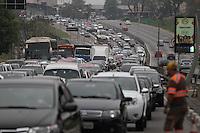 SAO PAULO, SP, 20/10/2013, TRANSITO. A  Radial Leste no sentido do centro  proximo ao metro Bresser, tem transito intenso na manha desse domingo (20). (Foto: :Luis Antonio / Brazil Photo Press).