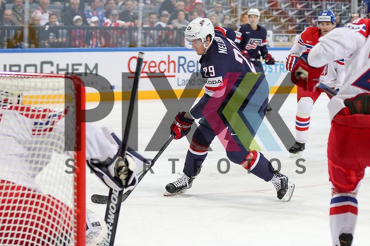 USAs Nelson, Brock (Nr.29)(New York Islanders) mit Puck vor Tschechiens Pavelec, Ondrej (Nr.31)(Winnipeg Jets)  im Spiel IIHF WC15 USA vs. Czech Republic.<br /> <br /> Foto &copy; P-I-X.org *** Foto ist honorarpflichtig! *** Auf Anfrage in hoeherer Qualitaet/Aufloesung. Belegexemplar erbeten. Veroeffentlichung ausschliesslich fuer journalistisch-publizistische Zwecke. For editorial use only.
