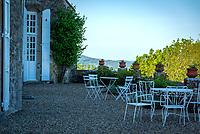 Frankreich, Bourgogne-Franche-Comté, Département Jura, Frontenay: Château de Frontenay (12. Jh.) - Restaurant-Terrasse | France, Bourgogne-Franche-Comté, Département Jura, Frontenay: Château de Frontenay (12th century) - restaurant-terrace