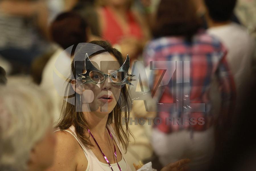 SAO PAULO, SP, 18 DE FEVEREIRO 2012 - CARNAVAL SP -MOVIMENTACAO NA ARQUIBANCADA - Movimentacao na arquibancada na segunda noite do Carnaval 2012 de São Paulo, no Sambódromo do Anhembi, na zona norte da cidade, neste sábado.(FOTO: RICARDO LOU  - BRAZIL PHOTO PRESS).