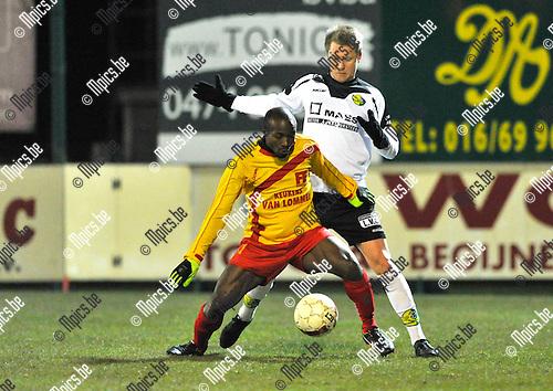 2013-02-23 / voetbal / seizoen 2012-2013 / Oosterzonen -Witgoor Dessel / Fabrice Placca (l) (Oosterzonen) schermt de bal af voor Robin Peeters (r) (Witgoor)