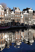 Nederland - Amsterdam - December 2018. Grachtenpanden weerspiegeld in het water. Foto Berlinda van Dam / Hollandse Hoogte