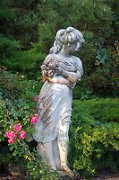 Italien, Suedtirol: Frauenstatue im Park   Italy, South Tyrol (Alto Adige-Trentino): female statue in a park