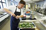 Foto: VidiPhoto<br /> <br /> UBBERGEN – Instellingskok Dave Hendriks bereidt een maaltijd in de keuken van de Sint Maartenskliniek in Ubbergen bij Nijmegen. De koks van het ziekenhuis gebruiken alleen lokale produkten van boeren uit de omgeving die zijn aangesloten bij Oregional, een groothandel in verse streekproducten.