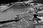 Comunidade Teixeirinha I, município de Itinga região do médio Jequitinhonha, Norte de Minas Gerais. Nessa região é possível encontrar dois tipos de biomas: caatinga e mata atlântica. A ASA Brasil, Articulação no Semiárido Brasileiro, tem implementado em diversas comunidades no Norte de Minas o Programa Uma Terra e Duas Águas (P1+2) e o Programa Um Milhão de Cisternas (P1MC) que tem como objetivo viabilizar a captação e armazenamento de água de chuva nessas comunidades para consumo humano, criação de animais e produção de alimentos. Entre os parceiros para implementação dos projetos tem destaque na região a Cáritas Diocesana de Araçuaí. Dona Maria Ferreira Cardoso pilando urucum. Dona Maria Ferreira Cardoso em seu tanque de pedra