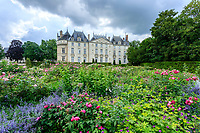 France, Sarthe (72), Le Lude, château et jardins du Lude, la façade Est du château et la roseraie du jardin de l'Éperon