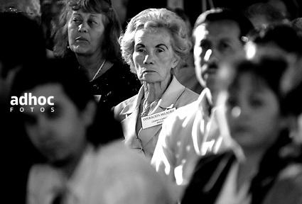 ©Javier Calvelo/ URUGUAY/ MONTEVIDEO/ Atrio del BPS/ Despiden en Uruguay a brigada médica cubana/  La brigada médica cubana que cumple en Uruguay la misión Milagro fue despedida este viernes en un acto al que asistieron cientos de beneficiarios de ese programa y los titulares de varios ministerios que le brindaron apoyo..Son 28 oftalmólogos, médicos, ingenieros y técnicos del colectivo, cuya labor permitió que casi seis mil ciudadanos de escasos recursos recuperaran o mejoraran el sentido de la visión..Participaron: Yamandú Bermúdez, director del Hospital de Ojos..la ministra de Desarrollo Social, Marina Arismendi..la ministra de Salud Pública, María Julia Muñoz..el ministro de Transporte y Obras Públicas, Víctor Rossi..Daniel Gestido, director interino de la Administración de Servicios de Salud del Estado..el presidente del Banco de Previsión Social, Ernesto Munro..Marielena Ruiz Capote, embajadora de Cuba en Uruguay.En adelante el hospital se denominará Centro Oftalmológico José Martí. Los integrantes de la brigada cubana recibieron placas de reconocimiento de parte de la Asociación de Jubilados y Pensionistas de Uruguay, una buena parte de cuyos miembros con afecciones de la vista, pasó -como dijo uno de sus dirigentes- de la sombra a la claridad, de la resignación a la alegría..2008-12-05 dia viernes.foto: Javier Calvelo.
