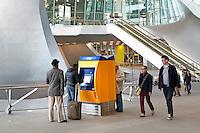 Nederland Arnhem 2015 10 31.  Het nieuwe Centraal Station in Arnhem.  Het gebouw is een ontwerp van UNStudio.Kaartjesautomaat van de NS. Foto Berlinda van Dam / Hollandse Hoogte