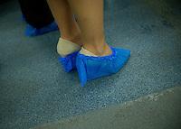 Berlin, Eine Frau mit Schutzhuellen um ihre Schuhe am Donnerstag (02.05.13) im Vivantes Versorgungszentrum.<br /> Foto: Steffi Loos/CommonLens