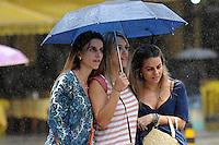 RIO DE JANEIRO,RJ,27 MARCO 2013: CLIMA TEMPO RIO DE JANEIRO - Pedrestes sao vistos se protegendo da chuva na tarde desta quarta-feira, 27 no centro do Rio de Janeiro. FOTO: SANDROVOX - BRAZIL PHOTO PRESS