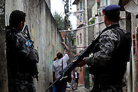 ATEN&Ccedil;&Atilde;O EDITOR: FOTO EMBARGADA PARA VE&Iacute;CULOS INTERNACIONAIS. - RIO DE JANEIRO,RJ,04 DE SETEMBRO DE 2012- OPERA&Ccedil;&Atilde;O POLICIAL - COMUNIDADE  DO  JACAR&Eacute; - Na  manh&atilde; desta terce-feira (4) policiais do BP CHOQUE E CANIL, realizam  opera&ccedil;&atilde;o  contra o tr&aacute;fico de  drogas  na  Comunidade do Jacar&eacute;.Policiais encontraram farta quantidade de  drogas entre  maconha, caca&iacute;nae carack.Entrada  pela  Av Dom Helder Camara, antiga Suburbana. Zona Norte do RJ.<br /> ( GUTO MAIA / BRAZIL PHOTO PRESS )