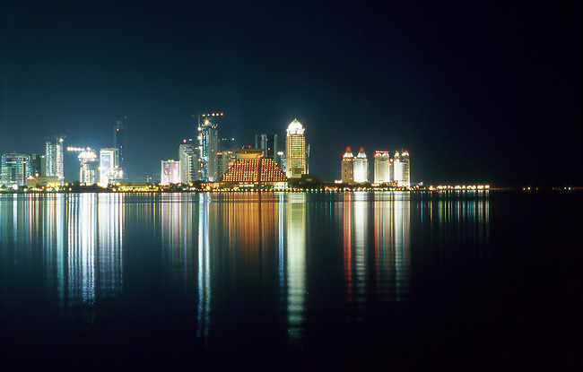 Qatar, les buildings de Doha la nuit. *** State of Qatar, City of Doha, skyline of Doha by night.