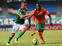 CALI -COLOMBIA-10-11-2013. Carlos Lizarazo (Izq.) jugador de Deportivo Cali disputa el balón con Julian Figueroa (Der.) jugador de Envigado durante del partido por la fecha 18 de la Liga Postobon II-2013, jugado en el estadio Pascual Guerrero de la ciudad de Cali. / Carlos Lizarazo (L) player of Deportivo Cali vies for the ball with Julian Figueroa (R) of Envigado during a match for the 18th  date of the Postobon Leaguje II-2013 at the Pascual Guerrero stadium in Cali city. Photo: VizzorImage/Juan C. Quintero/STR