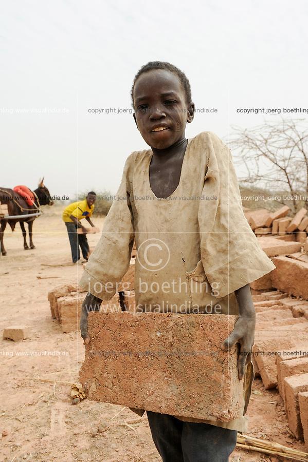 NIGER Zinder, village Zongon Soumaguela, children work in brick unit / NIGER Zinder, Kinder schleppen Ziegelsteine in Ziegelmacherei, Dorf Zongon Soumaguela