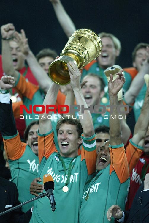 DFB Pokal 2003/2004 - Finale <br /> Werder Bremen vs. Alemannia Aachen 3:2<br /> Jubel bei der Mannschaft nachdem Frank Baumann den POkal bekommen hat. Von Frank Baumann erh&permil;lt anschlieflend Ailton den Pokal<br /> Foto &copy; nordphoto <br />  *** Local Caption *** Foto ist honorarpflichtig! zzgl. gesetzl. MwSt.<br />  Belegexemplar erforderlich<br /> Adresse: nordphoto<br /> Georg-Reinke-Strasse 1<br /> 49377 Vechta