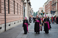 Roma, 27 aprile 2014, Cardinali in Via di Porta Angelica in cammino verso Piazza San Pietro - Rome, 27th April 2014, Cardinals in Via di Porta Angelica walking towards St. Peter's Square.