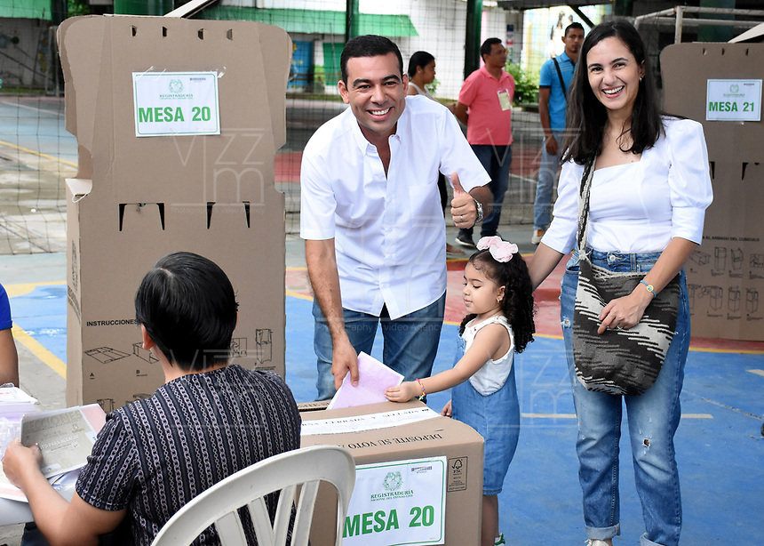 LORICA-COLOMBIA, 27-10-2019: Carlos Gómez Espitia, Candidato a la Gobernación de Córdoba, ejerce su derecho al voto en la  Escuela Normal Superior Santa Teresita, Lorica Departamento de Córdoba durante la jornada de Elecciones Autoridades Territoriales 2019. / Carlos Gomez Espitia, Candidate for the Governorate of Cordoba, exercises his right to vote, at the Santa Teresita Superior Normal School, Lorica Department of Cordoba,  during the Electoral Day of Territorial Authorities 2019. / Photo: VizzorImage/ Andrés López / Cont.