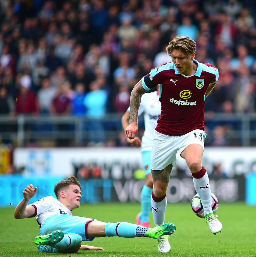 Burnley's Jeff Hendrick vies for possession with West Ham United's Sam Byram<br /> <br /> Photographer Andrew Vaughan/CameraSport<br /> <br /> The Premier League - Burnley v West Ham United - Sunday 21st May 2017 - Turf Moor - Burnley<br /> <br /> World Copyright &copy; 2017 CameraSport. All rights reserved. 43 Linden Ave. Countesthorpe. Leicester. England. LE8 5PG - Tel: +44 (0) 116 277 4147 - admin@camerasport.com - www.camerasport.com
