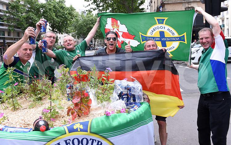 FUSSBALL EURO 2016 GRUPPE C in Paris Nordirland - Deutschland     21.06.2016 Nordirische Fans beim Gruppenbild mit einem deutschen Fan vor dem Prinzenpark stadion