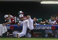 Agustin Murillo pirmera base de Las Aguilas de Mexicali de Mexico intenta atrapar un elevador cae al dogout, durante el  partido final de la Serie del Caribe en el nuevo Estadio de  los Tomateros en Culiacan, Mexico, Martes  7 Feb 2017. Foto: AP/Luis Gutierrez