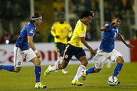 SANTIAGO DE CHILE- CHILE - 17-04-2015: Juan G Cuadrado (Cent.) jugador de Colombia, disputa el balón con Felipe Luis (Izq.) y Roberto Firmiño (Der.) jugadores de Brasil durante partido Colombia y Brasil, por la fase de grupos, Grupo C, de la Copa America Chile 2015, en el estadio Monumental en la Ciudad de Santiago de Chile. / Juan G Cuadrado (C) player of Colombia, vies for the ball with Felipe Luis (L) and Roberto Firmiño (R) player of Brasil, during a match between Colombia and Brasil for the group phase, Group C, of the Copa America Chile 2015, in the Monumental stadium in Santiago de Chile city. Photos: VizzorImage /  Photosport / Andres Piña / Cont.
