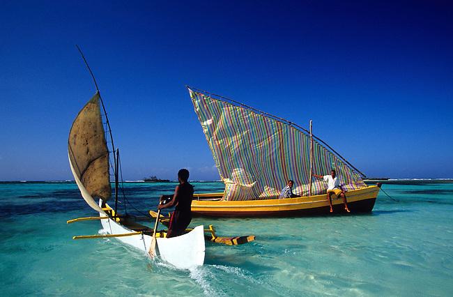 Bateau dans la mer d'Emeraude a Diego-Suarez. *** Boat in Emeraud sea, Diego-Suarez.