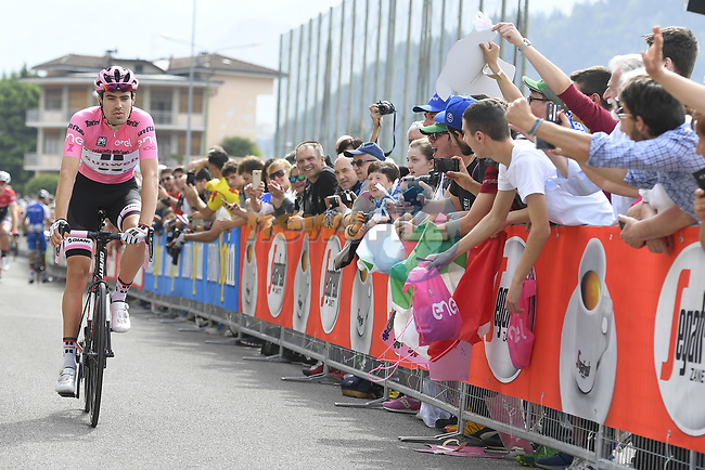 Race leader Maglia Rosa Tom Dumoulin (NED) Team Sunweb arrives at sign on before the start of Stage 16 of the 100th edition of the Giro d'Italia 2017, running 222km from Rovetta to Bormio, Italy. 23rd May 2017.<br /> Picture: LaPresse/Fabio Ferrari | Cyclefile<br /> <br /> <br /> All photos usage must carry mandatory copyright credit (&copy; Cyclefile | LaPresse/Fabio Ferrari)