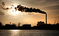 Nederland Amsterdam  - Maart 2019. Noordzeekanaal. De haven van Amsterdam. Rechts de kolencentrale van Nuon aan de Hemweg. Foto Berlinda van Dam / Hollandse Hoogte