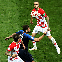 MOSCU - RUSIA, 15-07-2018: Olivier GIROUD (Der) jugador de Francia disputa el balón con Sime VRSALJKO (Izq) jugador de Croacia durante partido por la final de la Copa Mundial de la FIFA Rusia 2018 jugado en el estadio Luzhnikí en Moscú, Rusia. / Olivier GIROUD (R) player of France fights the ball with Sime VRSALJKO (L) player of Croatia during match of the final for the FIFA World Cup Russia 2018 played at Luzhniki Stadium in Moscow, Russia. Photo: VizzorImage / Cristian Alvarez / Cont