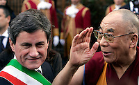 Il Dalai Lama arriva in Campidglio, Roma, 9 febbraio 2009, accolto dal Sindaco Gianni Alemanno, sinistra, per ricevere la cittadinanza onoraria..Tibetan spiritual leader Dalai Lama is welcomed by Rome's Mayor Gianni Alemanno, left, as he arrives at the Rome's Campidoglio, 9 february 2009, to be made honorary citizen..UPDATE IMAGES PRESS/Riccardo De Luca