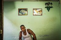 Cubanske mænd læser i hånden på en turist. Santeria er en cubansk religion beslægtet med voodoo. Havana, Cuba. Foto: Jens Panduro.