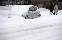 Schneemassen fielen in der Nacht vom Heiligabend zum 1. Weihnachtstag auf Leipzig nieder - Verwehungen machten einige Straßen unpassierbar - der Straßenbahnverkehr musste komplett eingestellt werden - im Bild: verwehtes Auto / PKW / Fahrzeug am Straßenrand . Foto: Norman Rembarz