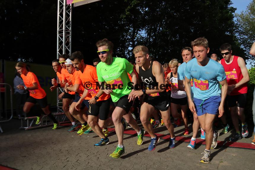 Sieger Nico Sonnenberg (schwarz, 1369) am Start  - 17.05.2017: 6. Merck Firmenlauf in Darmstadt