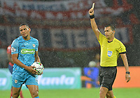 MEDELLIN - COLOMBIA, 20-04-2019: Nicolas Gallo, arbitro, muestra la tarjeta amarilla a Fabian Mosquera de Jaguaresa durante partido por la fecha 17 de la Liga Águila I 2019 entre Deportivo Independiente Medellín y Jaguares de Cordoba F:C: jugado en el estadio Atanasio Girardot de la ciudad de Medellín. / Nicolas Gallo, referee, shows the yellow card to Fabian Mosquera of Jaguares during match for the date 17 of the Aguila League I 2019 between Deportivo Independiente Medellin and Jaguares de Cordoba F:C: played at Atanasio Girardot stadium in Medellin city. Photo: VizzorImage / Leon Monsalve / Cont